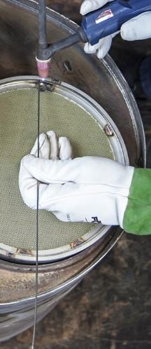 Schweissvorgang zur Fixierung des neuen Filterkerns im Katalysator