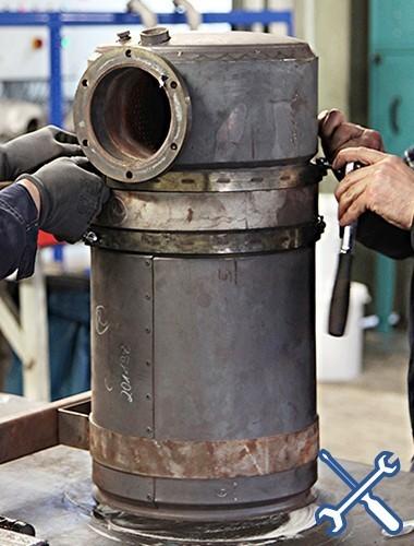 Demontage KAT zur Reinigung der Filterkerne im inneren des Gehäuses.